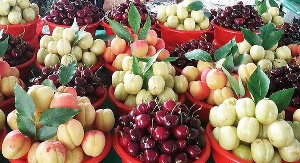 Свежие фрукты на рынке Yashil Bazar в Баку