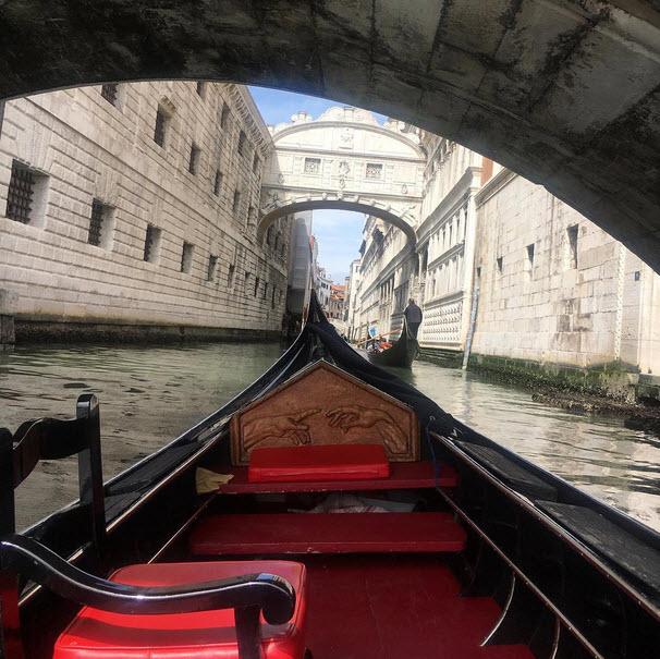 Вид на венецианский канал из лодки гондольера