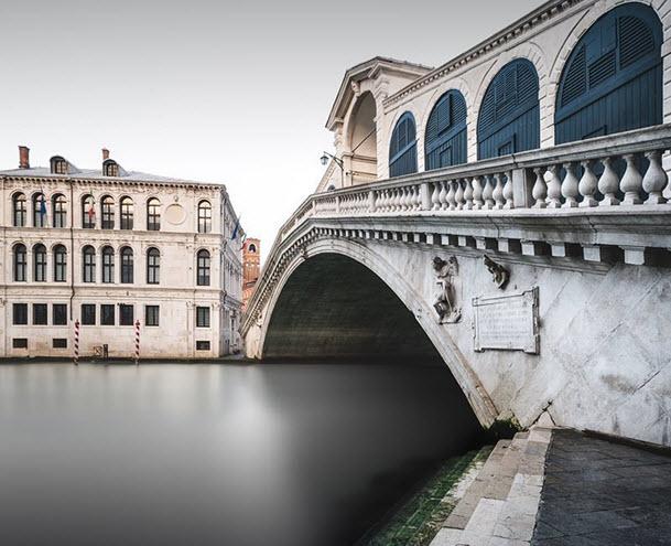 Мост Риальто в Венеции на рассвете
