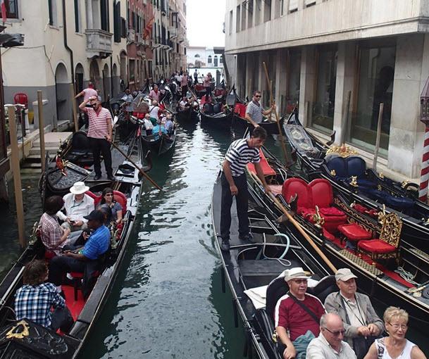 Туристы в ожидании отправления на лодочную экскурсию