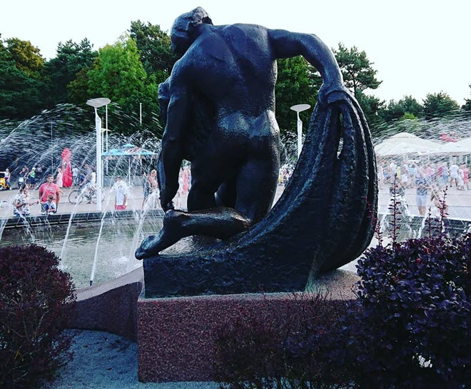 Скульптура в парке Бируте