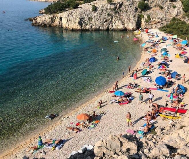 Удобная бухта с пляжем на острове для отдыха туристам
