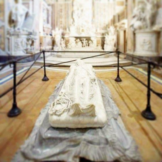 Посмотрите мраморную скульптуру «Христоса под плащаницей» Санмартино