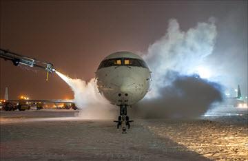 Почему проводят противообледенительную обработку самолетов
