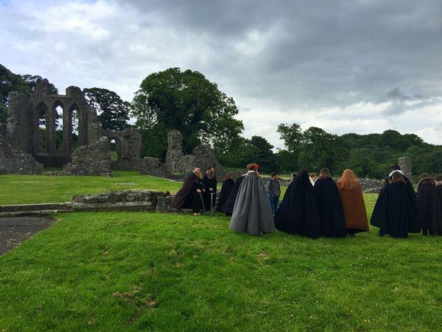 Инч-Аббатство - это большое разрушенное монастырское место, расположенное в 0,75 милях к северо-западу от Даунпатрика, графство Даун, Северная Ирландия, на северном берегу реки Квойл, в впадине между двумя барабанами и построенной в стиле ранней готики